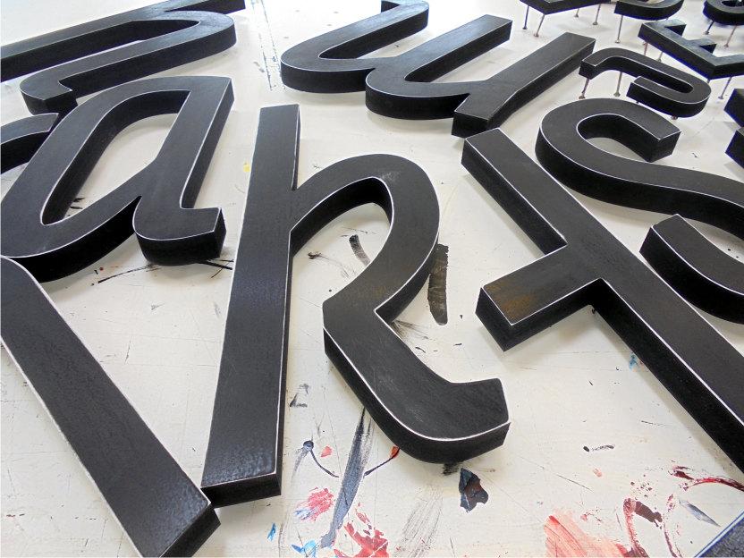 Fräsbuchstaben in Bearbeitung